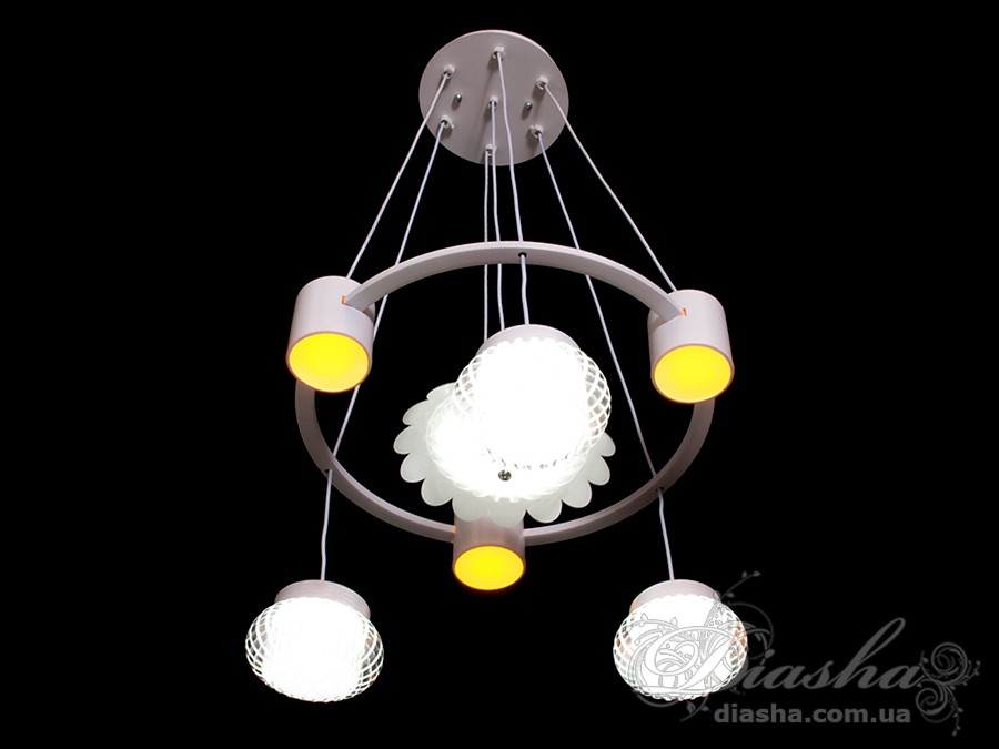 Такая люстра запросто подойдет под любой интерьер – классический, современный и даже в стиле «хай-тек». Такая люстра может стать как центральным освещением для зала или кухни, так и отличным решением для освещения лестничного холла. Изящные светодиодные светильники предназначены для создания яркого светодиодного освещения с регулируемой цветовой температурой от тёплого белого до холодного белого. Переключение спектров свечения светодиодной плюстры осуществляется простым выключением-включением. LED люстра позволяет выбирать режим освещения в зависимости от времени суток и выполняемых под её светом задач.