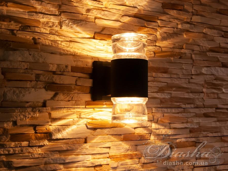 Качественный, удобный, исполненный в современном стиле светильник может украсить фасад любого здания. Направленный свет данных светильников добавит изюминку даже самой простой ровной белой стене. Двухлучевой фасадный светильник обладает малыми размерами и высокой светоотдачей. Угол раскрытия луча 90°. Не выделяется на фасаде днём, при этом способен полностью изменить облик здания ночью. В отличии от своих предшественников светодиодные светильники для архитектурной подсветки практически не выступают от стены, а значит свет практически полностью распространяется в плоскости стены. Не попадает на оконные откосы, и соответственно, не приводит к световому загрязнению помещений внутри здания как обычные уличные фонари.Пространство перед светильником мягко освещается светом отраженным от поверхности стены. Такие светильники не создают дискомфорта для глаз в тёмное время суток. Также может быть использован в помещении. В современном интерьере такой светильник создаст непринужденное боковое освещение, и станет стильной заменой обычных бра.