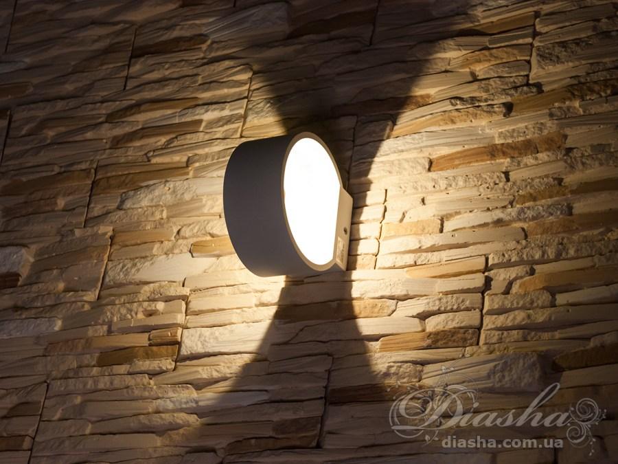 Светодиодный светильник обладает малыми размерами и высокой светоотдачей. Угол раскрытия луча °.Не выделяется на стене днём, при этом способен полностью изменить облик здания ночью. В отличии от своих предшественников светодиодные светильники для архитектурной подсветки практически не выступают от стены, а значит свет практически полностью распространяется в плоскости стены. Не попадает на оконные откосы, и соответственно, не приводит к световому загрязнению помещений внутри здания как обычные уличные фонари.Пространство перед светильником мягко освещается светом отраженным от поверхности стены. Такие светильники не создают дискомфорта для глаз в тёмное время суток.В современном интерьере такой светильник создаст непринужденное боковое освещение, и станет стильной заменой обычных бра.