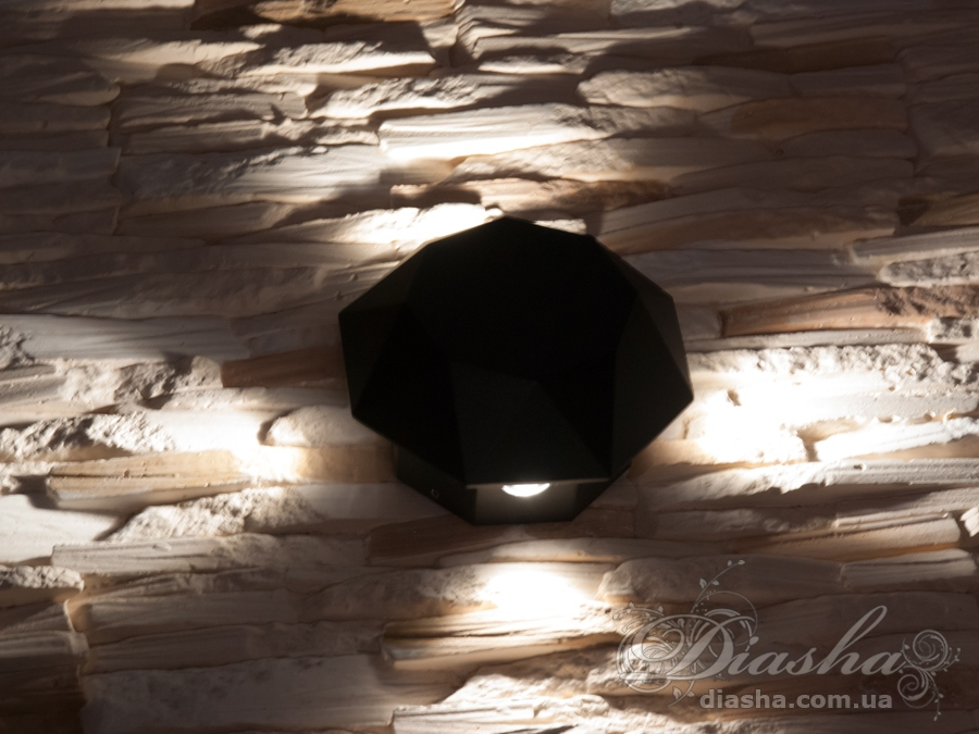 Многолучевой фасадный светильник обладает малыми размерами и высокой светоотдачей. Угол раскрытия луча 55°. Качественный, удобный, исполненный в современном стиле светильник может украсить фасад любого здания. Такие светильники идеально подходят для подсветки фасадных стен офисных зданий, магазинов и ресторанов. Направленный свет данных светильников добавит изюминку даже самой простой ровной белой стене. Не выделяется на фасаде днём, при этом способен полностью изменить облик здания ночью. В отличии от своих предшественников светодиодные светильники для архитектурной подсветки практически не выступают от стены, а значит свет практически полностью распространяется в плоскости стены. Не попадает на оконные откосы, и соответственно, не приводит к световому загрязнению помещений внутри здания как обычные уличные фонари. Пространство перед светильником мягко освещается светом отраженным от поверхности стены. Такие светильники не создают дискомфорта для глаз в тёмное время суток. Также может быть использован в помещении. В современном интерьере такой светильник создаст непринужденное боковое освещение, и станет стильной заменой обычных бра.
