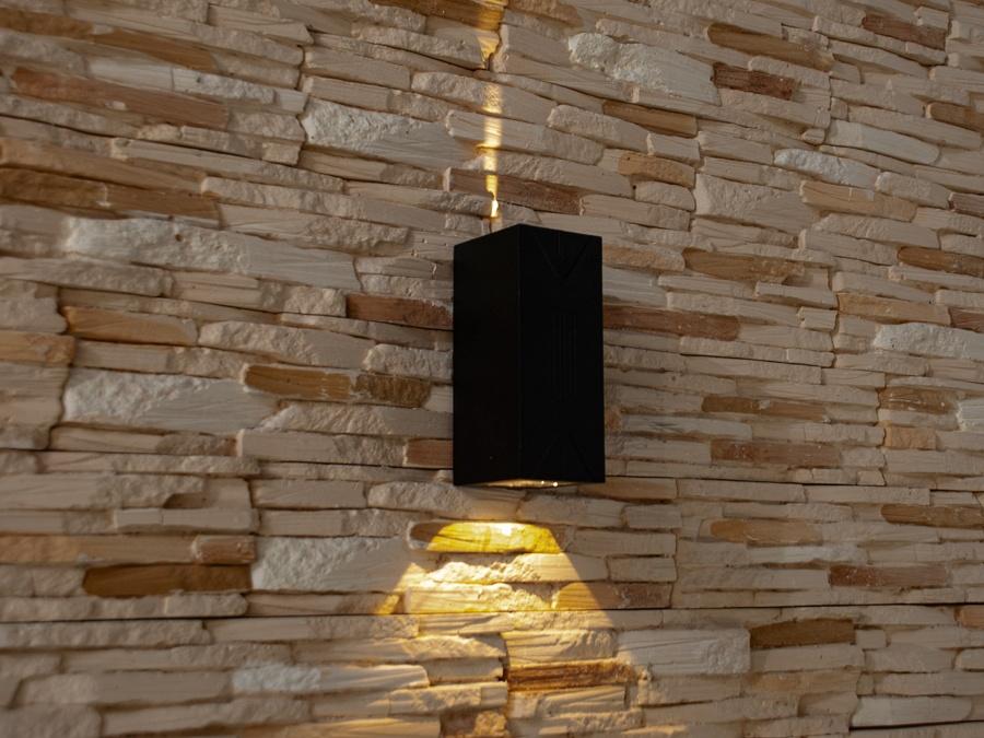 Двухлучевой фасадный светильник обладает малыми размерами и высокой светоотдачей. Угол раскрытия луча 80° и 20°. Не выделяется на фасаде днём, при этом способен полностью изменить облик здания ночью. В отличии от своих предшественников светодиодные светильники для архитектурной подсветки практически не выступают от стены, а значит свет практически полностью распространяется в плоскости стены. Не попадает на оконные откосы, и соответственно, не приводит к световому загрязнению помещений внутри здания как обычные уличные фонари.Пространство перед светильником мягко освещается светом отраженным от поверхности стены. Такие светильники не создают дискомфорта для глаз в тёмное время суток.Также может быть использован в помещении. В современном интерьере такой светильник создаст непринужденное боковое освещение, и станет стильной заменой обычных бра.
