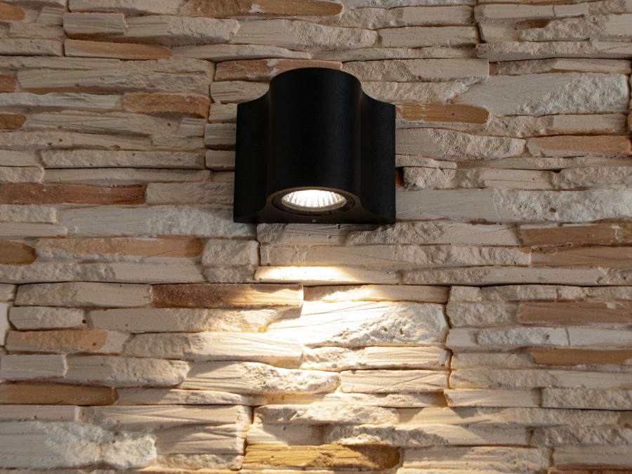 Однолучевой фасадный светильник обладает малыми размерами и высокой светоотдачей. Угол раскрытия луча 90°.Цветовая температура 4100K. Не выделяется на фасаде днём, при этом способен полностью изменить облик здания ночью. В отличии от своих предшественников светодиодные светильники для архитектурной подсветки практически не выступают от стены, а значит свет практически полностью распространяется в плоскости стены. Не попадает на оконные откосы, и соответственно, не приводит к световому загрязнению помещений внутри здания как обычные уличные фонари. Пространство перед светильником мягко освещается светом отраженным от поверхности стены. Такие светильники не создают дискомфорта для глаз в тёмное время суток. Также может быть использован в помещении. В современном интерьере такой светильник создаст непринужденное боковое освещение, и станет стильной заменой обычных бра.
