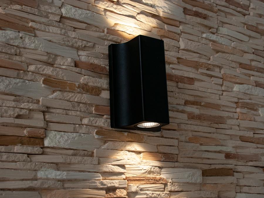 Качественный, удобный, исполненный в современном стиле светильник может украсить фасад любого здания. Направленный свет данных светильников добавит изюминку даже самой простой ровной белой стене. Двухлучевой фасадный светильник обладает малыми размерами и высокой светоотдачей. Угол раскрытия луча 90°. Цветовая температура 4100K. Не выделяется на фасаде днём, при этом способен полностью изменить облик здания ночью. В отличии от своих предшественников светодиодные светильники для архитектурной подсветки практически не выступают от стены, а значит свет практически полностью распространяется в плоскости стены. Не попадает на оконные откосы, и соответственно, не приводит к световому загрязнению помещений внутри здания как обычные уличные фонари.Пространство перед светильником мягко освещается светом отраженным от поверхности стены. Такие светильники не создают дискомфорта для глаз в тёмное время суток. Также может быть использован в помещении. В современном интерьере такой светильник создаст непринужденное боковое освещение, и станет стильной заменой обычных бра.