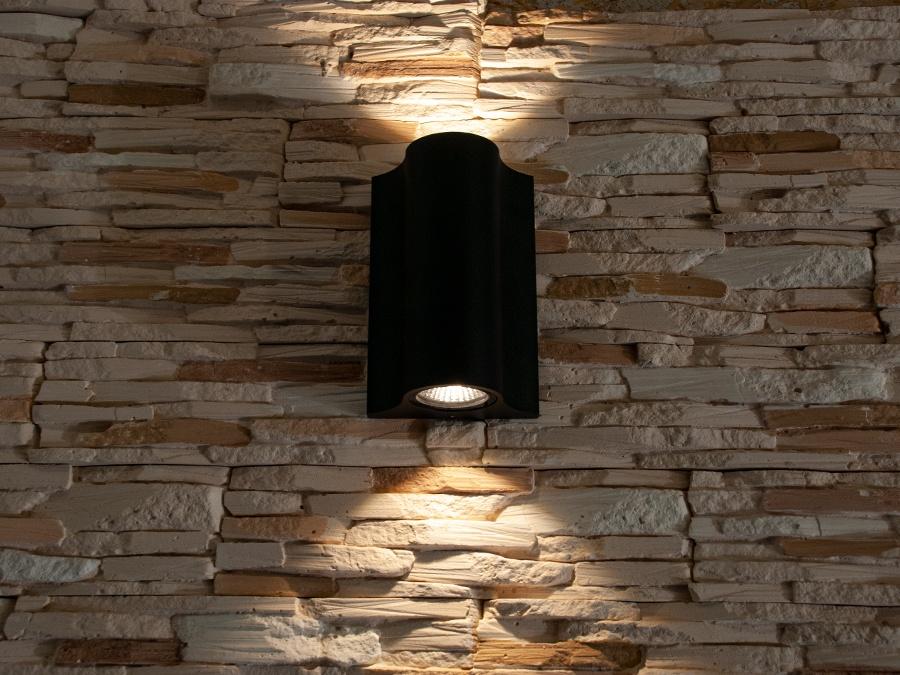 Качественный, удобный, исполненный в современном стиле светильник может украсить фасад любого здания. Направленный свет данных светильников добавит изюминку даже самой простой ровной белой стене. Двухлучевой фасадный светильник обладает малыми размерами и высокой светоотдачей. Угол раскрытия луча 90°.Цветовая температура 4100K. Не выделяется на фасаде днём, при этом способен полностью изменить облик здания ночью. В отличии от своих предшественников светодиодные светильники для архитектурной подсветки практически не выступают от стены, а значит свет практически полностью распространяется в плоскости стены. Не попадает на оконные откосы, и соответственно, не приводит к световому загрязнению помещений внутри здания как обычные уличные фонари.Пространство перед светильником мягко освещается светом отраженным от поверхности стены. Такие светильники не создают дискомфорта для глаз в тёмное время суток. Также может быть использован в помещении. В современном интерьере такой светильник создаст непринужденное боковое освещение, и станет стильной заменой обычных бра.