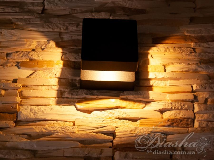 Качественный, удобный, исполненный в современном стиле светильник может украсить фасад любого здания. Накладной фасадный светильник обладает малыми размерами и высокой светоотдачей. Не выделяется на фасаде днём, при этом способен полностью изменить облик здания ночью. В отличии от своих предшественников светодиодные светильники для архитектурной подсветки практически не выступают от стены, а значит свет практически полностью распространяется в плоскости стены. Не попадает на оконные откосы, и соответственно, не приводит к световому загрязнению помещений внутри здания как обычные уличные фонари.Пространство перед светильником мягко освещается светом отраженным от поверхности стены. Такие светильники не создают дискомфорта для глаз в тёмное время суток. Герметичный корпус светильника позволяет использовать его для освещения площадки не защищёной от атмоферных осадков. Надёжный алюминиевый корпус не подвержен коррозии и стоек к ультрафиолетовым лучам. Благодаря этому фасадный светильник может быть использован даже на пляже. Также может быть использован в помещении. В современном интерьере такой светильник создаст непринужденное боковое освещение, и станет стильной заменой обычных бра.