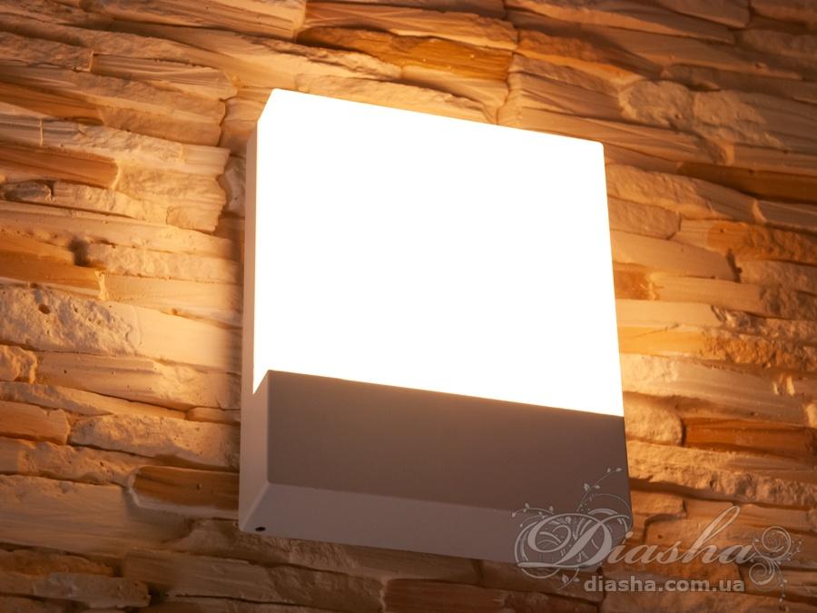 Качественный, удобный, исполненный в современном стиле светильник может украсить фасад любого здания. Плоский фасадный светильник обладает малыми размерами и высокой светоотдачей. Не выделяется на фасаде днём, при этом способен полностью изменить облик здания ночью. В отличии от своих предшественников светодиодные светильники для архитектурной подсветки практически не выступают от стены, а значит свет практически полностью распространяется в плоскости стены. Не попадает на оконные откосы, и соответственно, не приводит к световому загрязнению помещений внутри здания как обычные уличные фонари. Герметичный корпус светильника позволяет использовать его для освещения площадки не защищёной от атмоферных осадков. Надёжный алюминиевый корпус не подверже коррозии и стоек к ультрафиолетовым лучам. Благодаря этому светильник может быть использован даже на пляже. Также может быть использован в помещении. В современном интерьере такой светильник создаст непринужденное боковое освещение, и станет стильной заменой обычных бра.