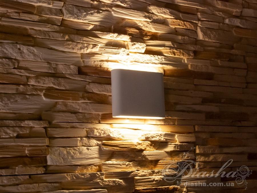 Качественный, удобный, исполненный в современном стиле светильник может украсить фасад любого здания. Двухлучевой фасадный светильник обладает малыми размерами и высокой светоотдачей. Угол раскрытия луча 120°, с мягким световым контуром. Не выделяется на фасаде днём, при этом способен полностью изменить облик здания ночью. В отличии от своих предшественников светодиодные светильники для архитектурной подсветки практически не выступают от стены, а значит свет практически полностью распространяется в плоскости стены. Не попадает на оконные откосы, и соответственно, не приводит к световому загрязнению помещений внутри здания как обычные уличные фонари.Пространство перед светильником мягко освещается светом отраженным от поверхности стены. Такие светильники не создают дискомфорта для глаз в тёмное время суток. Также может быть использован в помещении. В современном интерьере такой светильник создаст непринужденное боковое освещение, и станет стильной заменой обычных бра.
