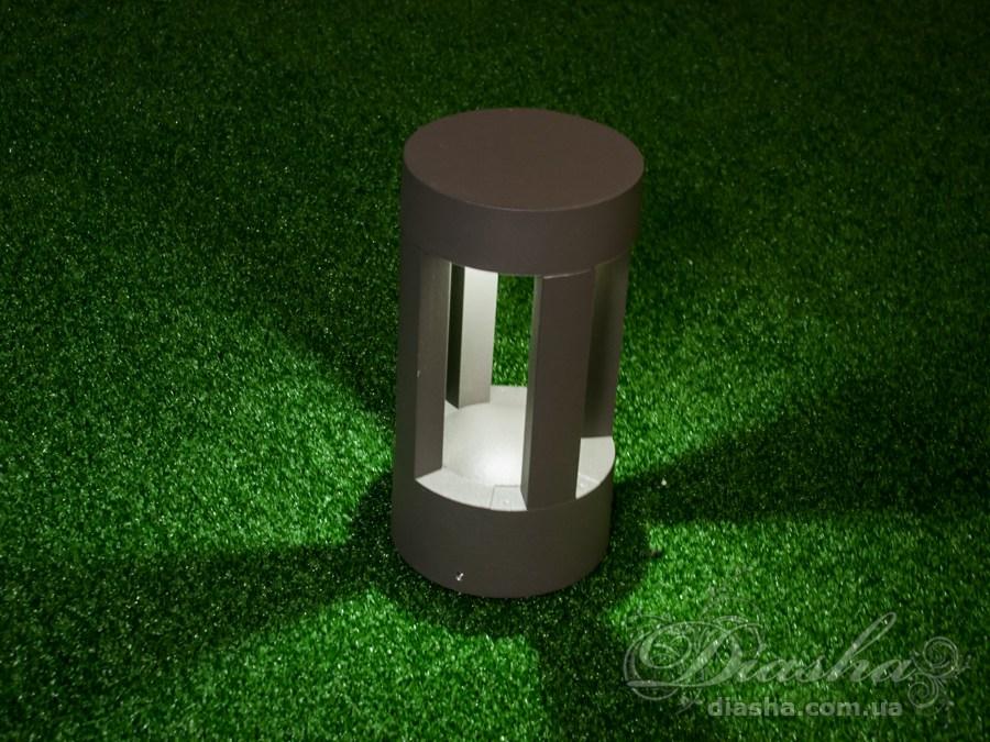 Качественный, удобный, исполненный в современном стиле, светильник может украсить парковую зону у любого здания. Такие светильники идеально подходят для подсветки летних площадок кафе и ресторанов, садовых дорожек, газонов и стоянок, создавая во всех этих местах качественную, не слепящую подсветку. Используя светодиодные парковые фонари, можно создать совершенно новый ночной облик вашего сада.  СветильникиBallard получили своё название в честь автоматического препятствия, выдвигающегося из под земли перед автомобилем. И в первое время создавались тоже с механизмом подъёма из земли. В дальнейшем от боллардов осталась только форма светильника. Ландшафтным дизайнерам пришлись по душе минималистические контуры светильников из окружностей, квадратов и прямых линий. Сейчас такие светильники с настоящими боллардами часто объединяет и сфера применения - прочные надёжные светодиодные светильники устанавливают на парковках и подъездных путях.  В отличии от светильников на солнечных батареях полноценные светодиодные светильники:   работают когда вам необходимо в не зависимости от погоды и сезона;  не боятся холодов - их не надо на зиму прятать в дом;  могут быть подключены к таймеру и/или детектору движения;  светят гораздо ярче;  не требуют замены аккумулятора.  Светильник предназначен для равномерного не ослепляющего освещения садового участка, парковки или террасы.Источник света скрыт от глаз надёжным аллюминиевым корпусом. Весь световой поток направлен в сторону земли.