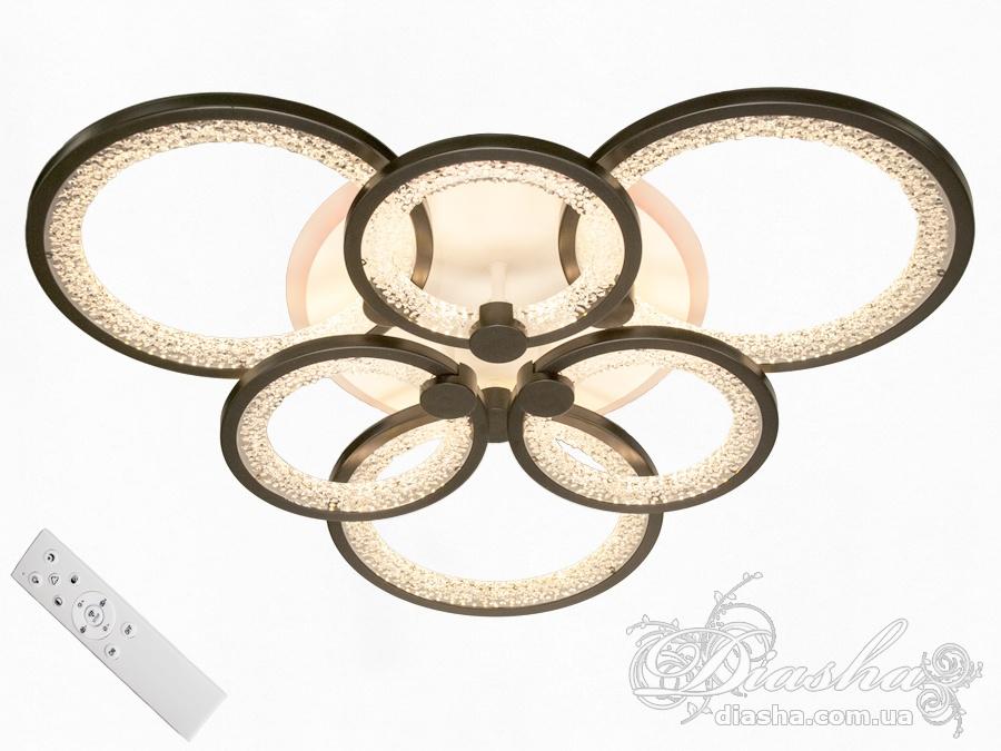 Перед Вами самый гармоничный вариант светодиодной люстры! Больше нет нужды задумываться о том, будет ли сочитаться матовый акриловый рассеватель с вашим потолком. Новые плафоны выполнены из прозрачного акрила с декоративными пузырьками. Через прозрачные акриловые плафоны просвечивает цвет потолка, при этом включенная люстра оставит на потолке неповторимый узор из бликов и теней. Люстра с современными акриловыми плафонами освежит любое помещение. Большая площадь рассеивателей дарит мягкий и равномерный свет по всему помещению.Эффект мягкого освещения очень важен в помещениях где часто находятся дети! Еще одним неоспаримым преимуществом этой светодиодной люстры для детской комнаты является отсутствие стеклянных элементов. В комплекте с люстрой идёт самый современный тип пульта с электронным диммером и регулятором цвета. С пульта можно включить один из предустановленных режимов освещения - тёплый свет, холодный свет, нейтральный; включить режим