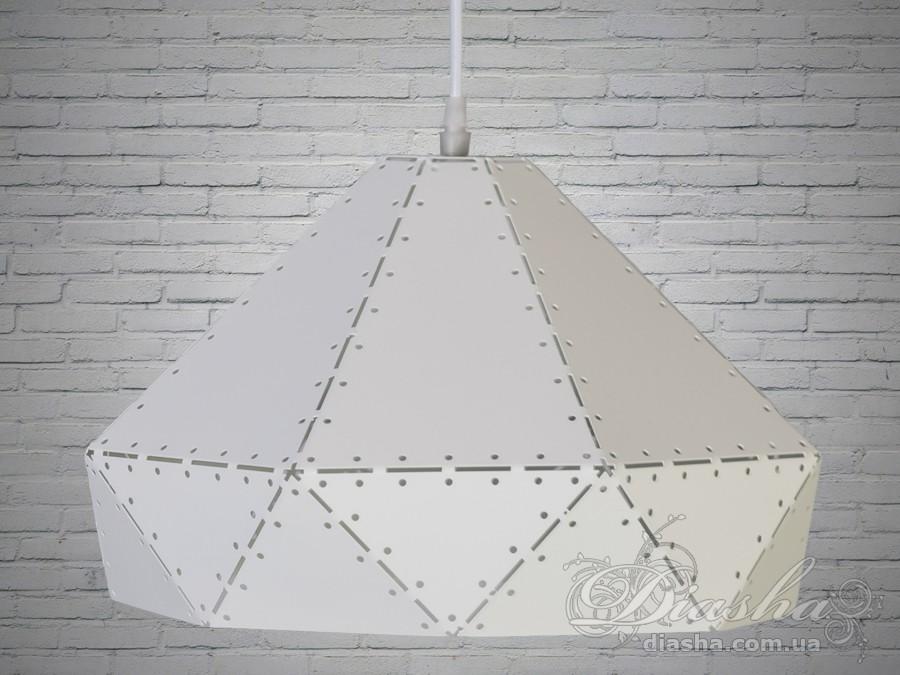 Простая и в тоже время очень рациональная форма, позволила создать мягкий рассеянный поток света. При этом за счёт формы светильника непосредственно лампочка не видна, и не слепит в глаза. Строгость металла в сочетании с простотой и воздушной легкостью форм создают поистине волшебной красоты светильники. Перфорированный материал абажура выполняет сразу две роли: во первых он не даст перегреться лампе и продлит её срок службы, а во вторых создает неповторимую игру светотени на потолке и стенах вашей кухни или гостинной. Лампа в комплект не входит.